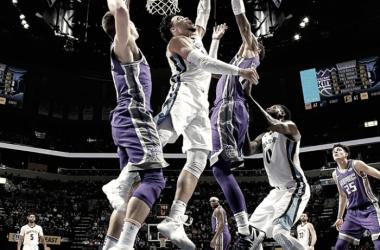 La figura del partido, Dillon Brooks de Memphis Grizzlies anotando ante Sacramento Kings