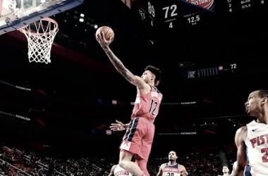 Una de las figuras del partido, Kelly Oubre Junior de Washington Wizards convirtiendo ante Detroit Pistons