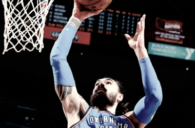 El neozelandés Steven Adams de Oklahoma City Thunder anotando ante Cleveland Cavaliers