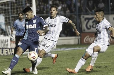Bou controla el balón ante la presion de los defensores tucumanos.