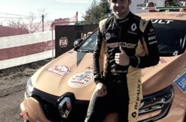 Carlos Sainz posa junto al Renault Mégane RS // foto vía twitter
