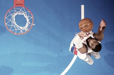 André Drummond de Detroit Pistons anotando ante Memphis Grizzlies