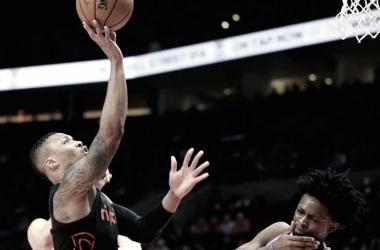 La figura del partido, Damián Lillard de Portland Trail Blazers anotando ante Sacramento Kings