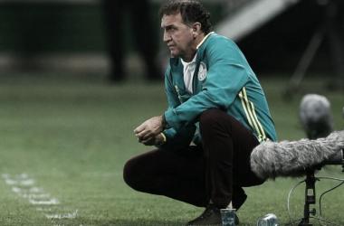 Cuca observando à equipe durante o clássico. Foto: (Divulgação/Palmeiras)