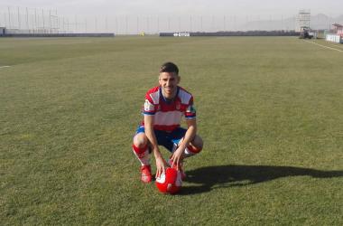 Ojeda posa con la equipación rojiblanca en el césped de la Ciudad Deportiva. Foto: Mª José Ramírez