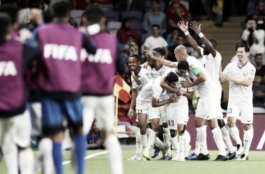El equipo de Emiratos Árabes festeja su pase de fase. FOTO: Olé.