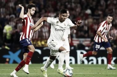 Casemiro conduce el balón ante la oposición de Joao Félix. Fuente: Real Madrid