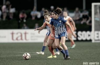 Angela Salem plays the ball against the Houston Dash. | Photo: bdz sports