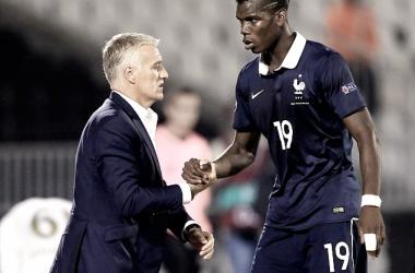 En la fotografía, el seleccionador de Francia, Didier Deschamps con el jugador Paul Cogba // Fuente: Selección francesa
