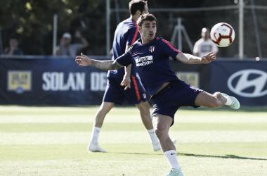 Antoine Griezmann a punto de golpear el balón en el entrenamiento || FOTO: Club Atlético de Madrid.