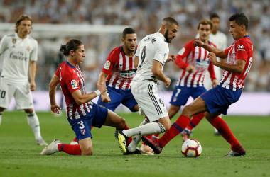 Benzema pugna por el balón, rodeado de jugadores del Atleti | Foto: Realmadrid.com