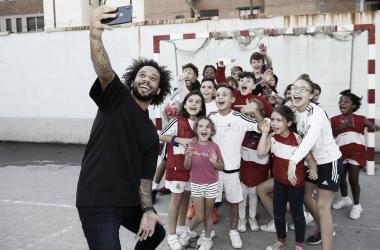 Marcelo se echa un selfie con los niños y niñas del centro I Foto: Real Madrid