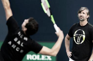 Raonic al saque, ante la mirada de Ivanisevic, su ex coach | Foto: ATP