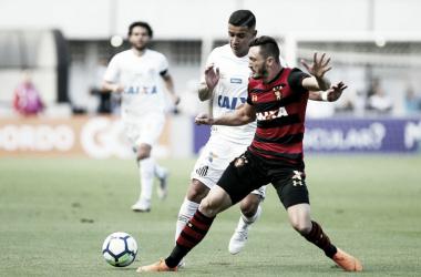 Jogadores das duas equipes em jogo no primeiro turno (Foto: Pedro Ernesto Guerra Azevedo/Santos FC)