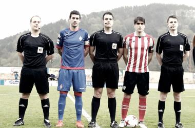 Capitanes y trío arbitral en la derrota del Amorebieta ante el Bilbao Athletic. (Foto: SD Amorebieta)