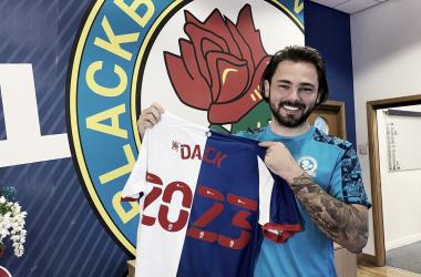 Ídolo do Blackburn Rovers, atacante Bradley Dack assina novo contrato até 2023