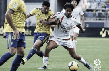 Varela, disputando un balón en el partido frente al Cádiz. www.laliga.es
