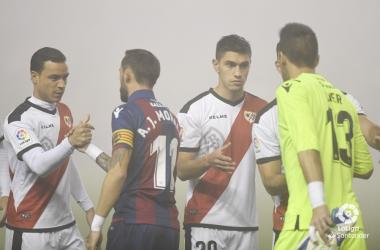Jugadores del Levante - Rayo en pleno saludo. Fotografía: La Liga