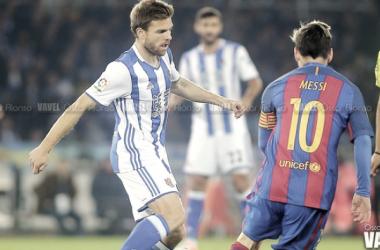 Illarra disputando un balón con Messi. Fuente: Oscar Alonso (VAVEL)
