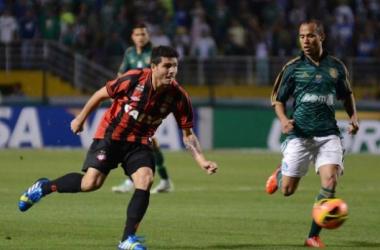 Palmeiras segura pressão, bate o Atlético-PR e leva vantagem para a volta