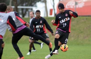 Com chance de G-4, Atlético-PR recebe o líder Botafogo