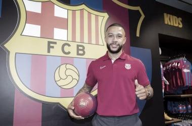 Depay en la tienda oficial del Barcelona| Foto: FC Barcelona