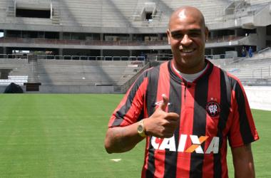Atlético-PR anuncia a contratação de Adriano
