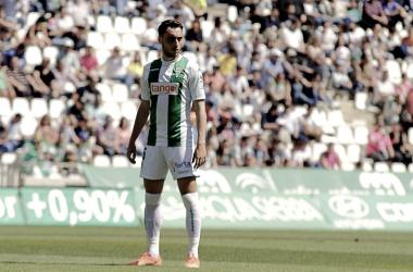 Sergio Aguza se dispone a sacar una falta. CórdobaCF