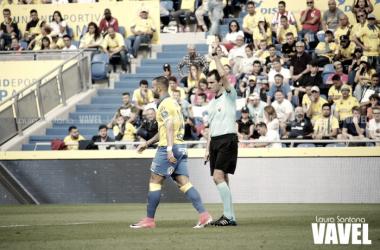 Jesé recibe la amarilla que provoca su sanción de cara a la próxima jornada. Fotografía: Laura Santana | VAVEL