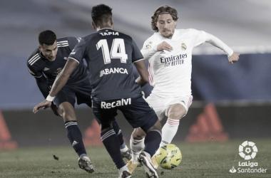 Tapia y Murillo pugnando un balón frente a Luka Modric. | Foto: La Liga.