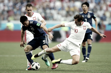 Shinji Okazaki disputando el balón con Krychowiak | Fotografía: FIFA