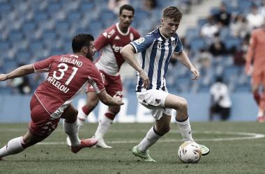 Beñat Turrientes controla el balón frente al Mónaco. / Vía: Real Sociedad