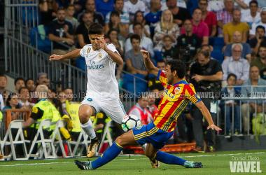 Asensio lucha con Parejo en el partido de la temporada pasada | Foto: Daniel Nieto (VAVEL)
