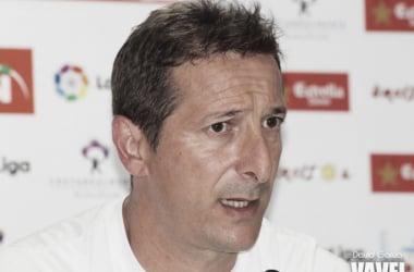 Luis Miguel Ramis, entrenador de la UD Almería, en rueda de prensa. (FOTO: David García - VAVEL)