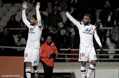 Lacazette marca nos acréscimos e Lyon vence Reims no sufoco