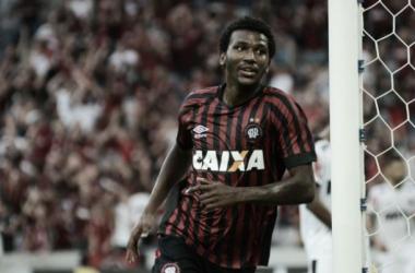 Atlético-PR segura pressão do Atlético-MG em Curitiba e alcança segunda vitória no Brasileirão
