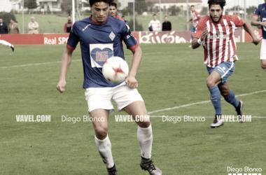 Luengo trata de controlar un balón. | FOTO: Diego Blanco