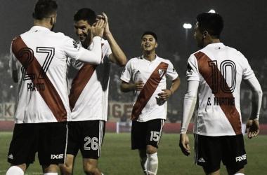 Pratto fue una de las figuras del partido. Celebran junto a él Nacho, Palacios y Pity. Foto: Diario Chaco.