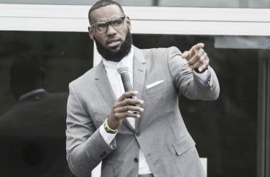 LeBron James inauguró un colegio público en su ciudad natal