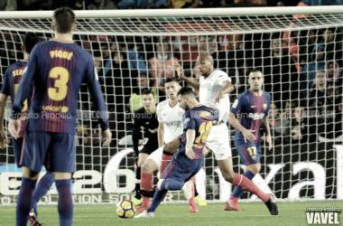 Messi pone a prueba a la defensa sevillista | Foto: Ernesto Aradilla (VAVEL)