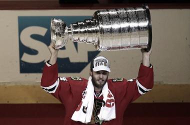 Hjalmarsson celebra la Stanley Cup de 2015 (Jonathan Daniel/Getty Images)