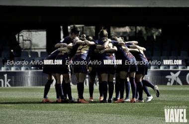 Las chicas azulgranas concentradas antes de un encuentro. Foto: Eduardi Ariño, VAVEL.com