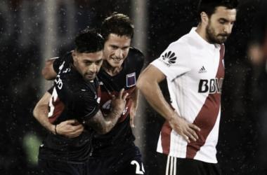 Janson festejando su gol con Caire, mientras se lamenta Scocco (Foto: AMP).