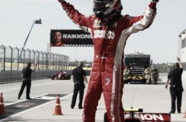 Raikkonen festejando sobre el auto | Foto: Fórmula 1