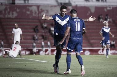 Festejo entre Lucero y Janson para el primero en el estadio DAM. Foto: Velez.com