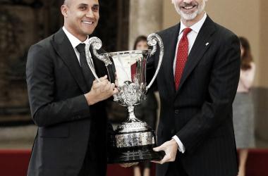 Keylor recibe de manos del rey / Foto: Real Madrid CF