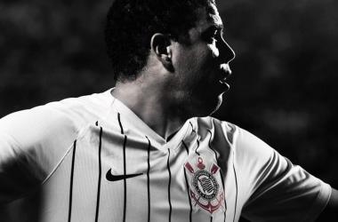Corinthians anuncia novo uniforme em homenagem a Ronaldo
