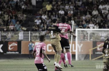 Cordoba y Sánchez en la disputa por el balón. Nallely Calderon VAVEL México.