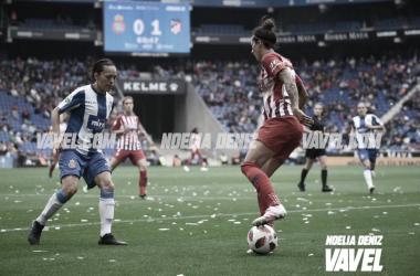 Jenni Hermoso no puede superar la defensa perica. Foto: Noelia Déniz, VAVEL.com
