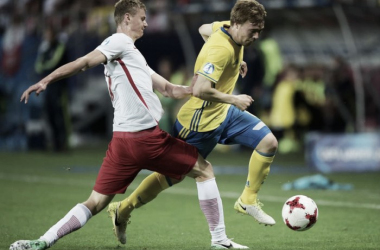 Uno scatto dal match: Fransson va via in dribbling. | @UEFAUnder21, Twitter.